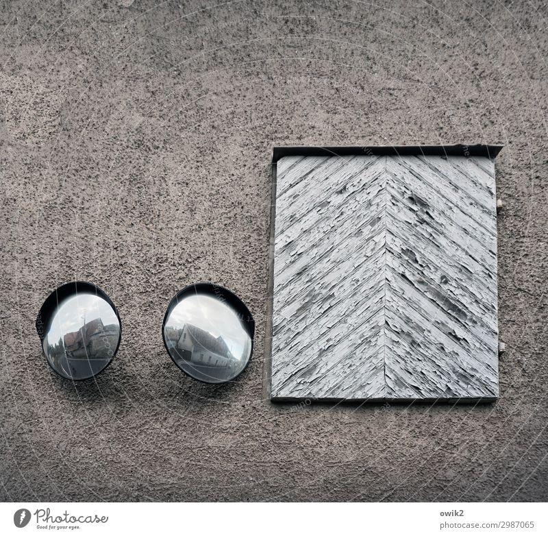 Immer an der Wand lang | Überwachungsstaat alt Holz Mauer Fassade paarweise Tür glänzend beobachten rund Sicherheit Panorama (Bildformat) Spiegel Wachsamkeit