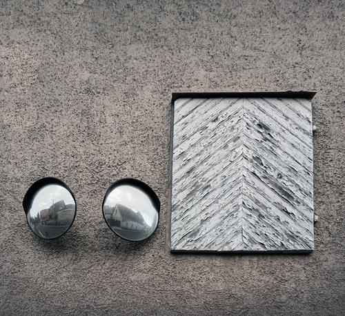Immer an der Wand lang   Überwachungsstaat alt Holz Mauer Fassade paarweise Tür glänzend beobachten rund Sicherheit Panorama (Bildformat) Spiegel Wachsamkeit