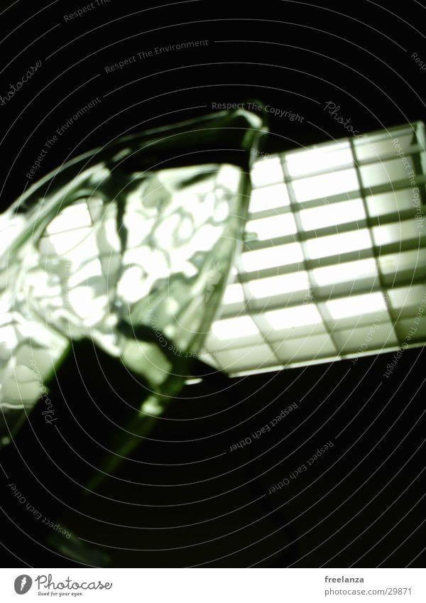 Krankenhaus Licht Künstliche Beatmung Sauerstoff durchsichtig obskur Vor dunklem Hintergrund Bilderrätsel Medizinisches Instrument
