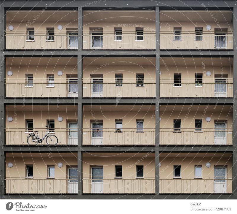 Schließfächer Stadt bevölkert Haus Hochhaus Mauer Wand Fassade Fenster Tür Fahrrad eckig einfach oben Ordnung Wohnung Etage Farbfoto Gedeckte Farben