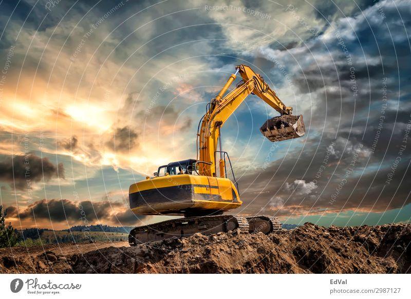 Raupenbagger bei Erdbewegungsarbeiten auf der Baustelle bei Sonnenuntergang farbenfroh beeindruckend Lader hydraulisch malerisch erstaunlich Traktor bewegend