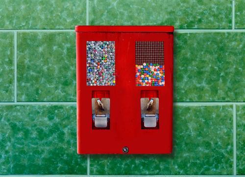 Kaugummiautomat grün rot Metall retro Kindheit kaufen historisch Geld Süßwaren wählen Fliesen u. Kacheln eckig Nostalgie drehen Verpackung Fastfood