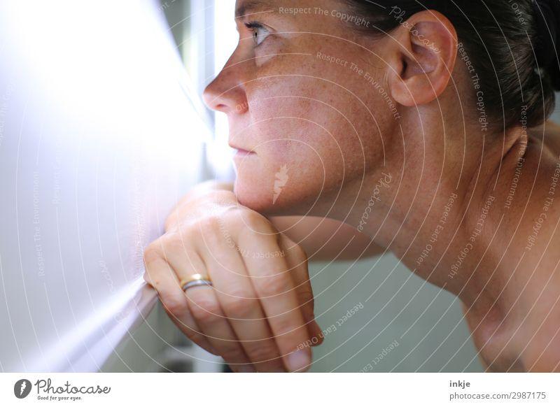 abwarten Lifestyle schön Mensch feminin Frau Erwachsene Leben Haut Kopf Gesicht Hand Hals 1 18-30 Jahre Jugendliche 30-45 Jahre Spiegel Blick träumen