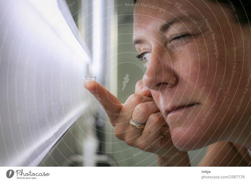 Linsen Frau Erwachsene Leben Gesicht Hand Finger 1 Mensch 18-30 Jahre Jugendliche 30-45 Jahre Kontaktlinse Spiegel Blick klein nah Augenheilkunde Sehvermögen