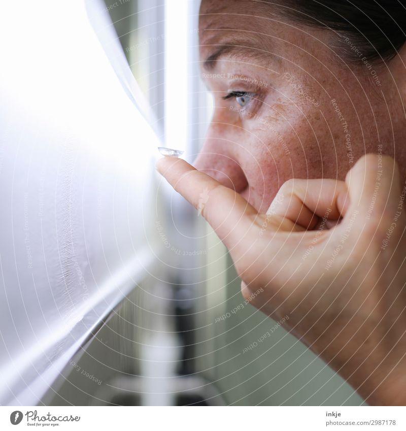 Kontaktlinse Gesundheitswesen Frau Erwachsene Leben Gesicht Auge Finger 1 Mensch 18-30 Jahre Jugendliche 30-45 Jahre Spiegel authentisch hell Sehvermögen