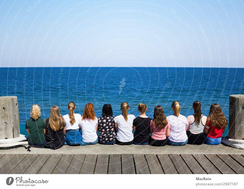 Mädchengruppe sitzt am Kai Mensch feminin androgyn Frau Erwachsene Freundschaft Jugendliche Rücken Menschengruppe 13-18 Jahre Natur Wasser Himmel Horizont