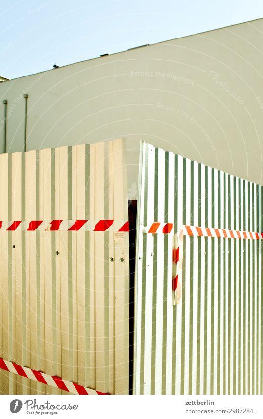 Wellblechzaun Zaun Grenze Wellblechwand Blechdach Wellblechhütte Baustelle Barriere flatterband rot weiß Metall Metallzaun Haus Fassade Brandmauer Menschenleer