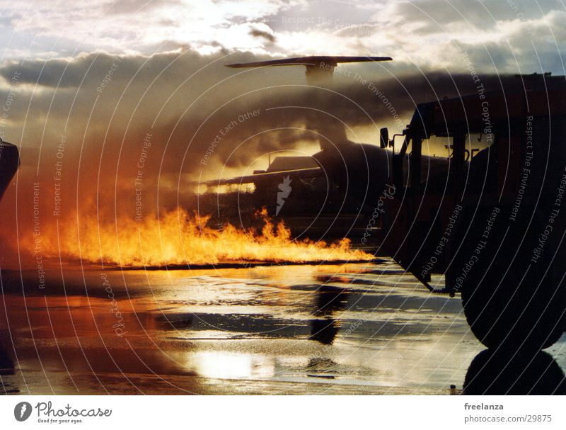 Feuer2 Mensch rot Wärme orange Brand gefährlich bedrohlich Physik heiß Rauch Rettung Feuerwehr Brandschutz