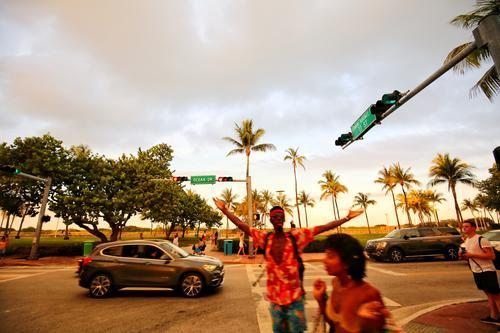 Miami Beach - Ocean Drive Straße trendy Strand Palme USA Florida Party Sonne Farbfoto Außenaufnahme
