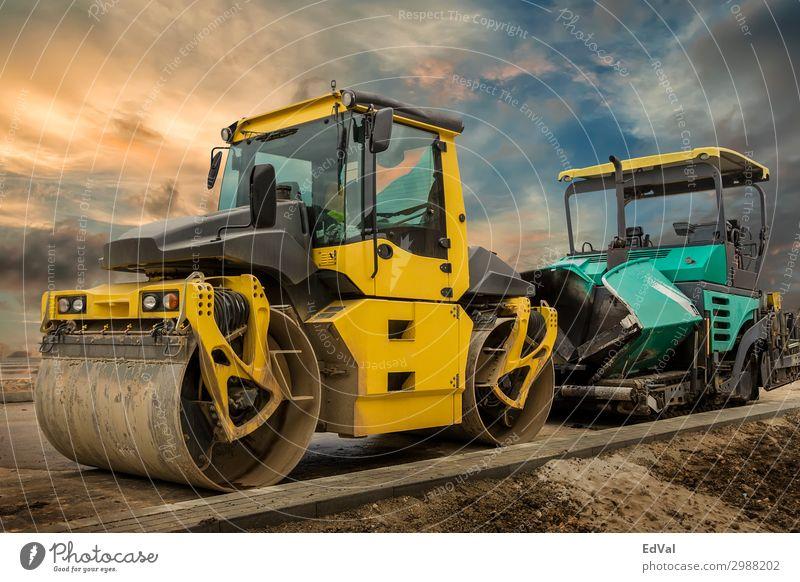 Walzen- und Asphaltstreumaschine. Arbeit & Erwerbstätigkeit Beruf Arbeitsplatz Baustelle Industrie Werkzeug Maschine Technik & Technologie Umwelt Wolken Verkehr