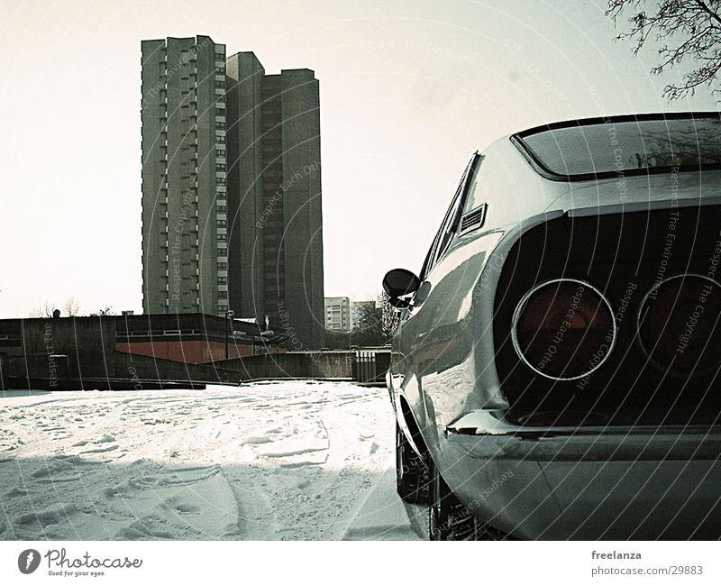Mein Block Winter Schnee PKW Hochhaus retro parken Parkplatz Oldtimer Bildausschnitt Anschnitt kultig Rücklicht Heck Sammlerstück Karosserie