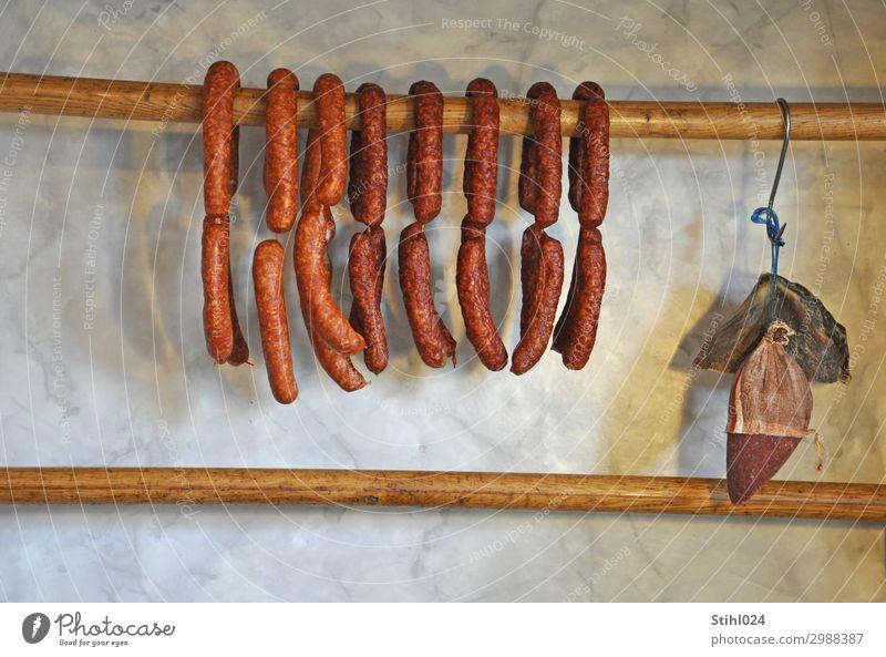 luftgetrocknete Mettwürste Lebensmittel Wurstwaren Salami Mettwurst geräuchert Vesper kaufen Gesunde Ernährung Metzgerei Holz hängen lecker braun Ordnungsliebe