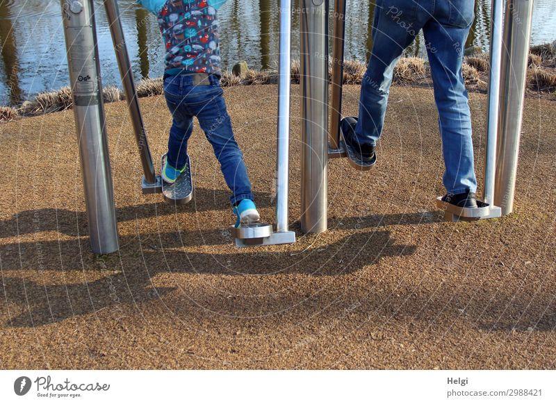Großvater und Enkel  bewegen sich auf einer Fitnessanlage im Park Sport-Training Beintrainer Mensch maskulin Kind Mann Erwachsene Männlicher Senior