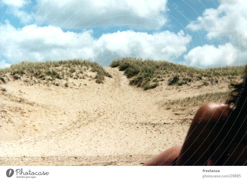 Zeig mir die warme Schulter Frau Sonne Strand Ferien & Urlaub & Reisen Wolken Bikini Frankreich Stranddüne