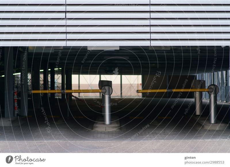 Schranke an Parkplatzeinfahrt Parkhaus Gebäude Architektur Fassade Verkehr eckig modern neu parken Transport Durchgang Barriere Einfahrt Metall Metallfassade