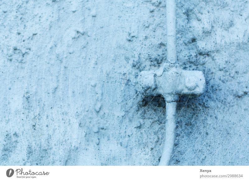 Blaue Wand mit Leitung Mauer alt blau Kabel retro Strukturen & Formen Außenaufnahme Menschenleer Textfreiraum links Tag Farbfoto Haus Gebäude Putzfassade Muster