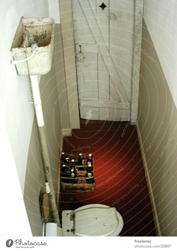 Nachschub auf´m Klo Wasser rot Tür Bodenbelag Bier Toilette historisch