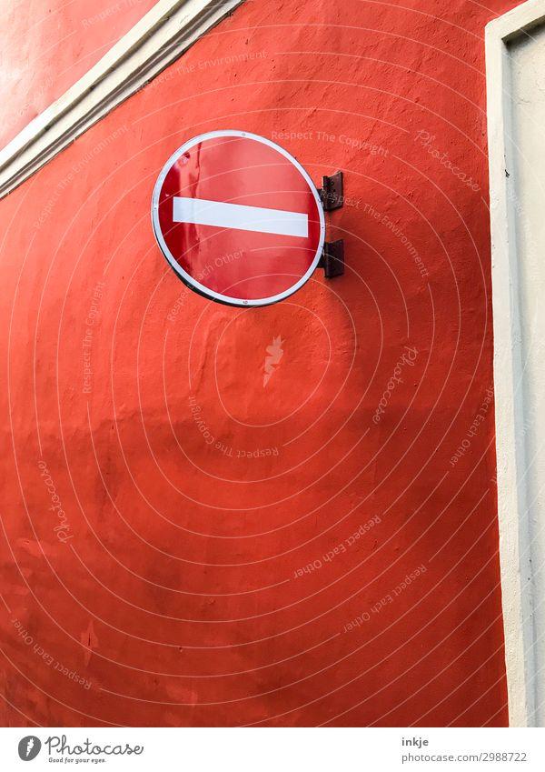 Sehr rote Einbahnstraße Menschenleer Mauer Wand Fassade Verkehr Verkehrswege Straßenverkehr Verkehrszeichen Verkehrsschild Verbote Verbotsschild Farbfoto