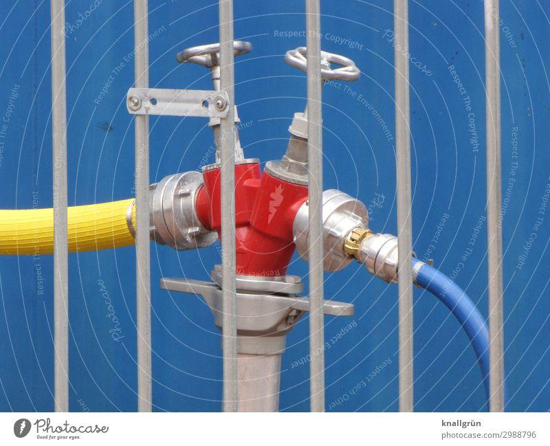 Unter Verschluss Energiewirtschaft Wasserkraftwerk Wasseranschluss Absperrventil Absperrgitter Schlauch blau gelb rot silber Farbe Stadt Baustelle Farbfoto