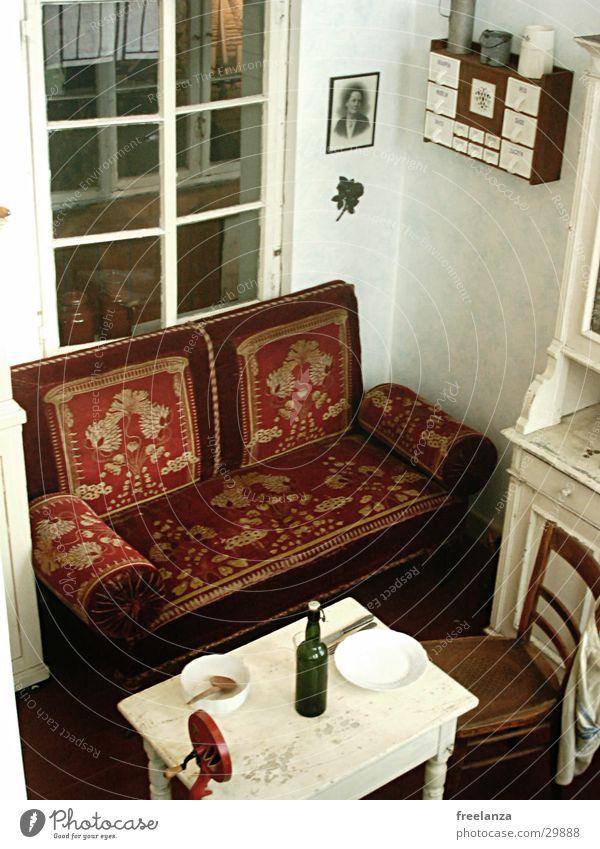 Die gute Stube Fenster Tisch retro Stuhl Sofa Flasche historisch