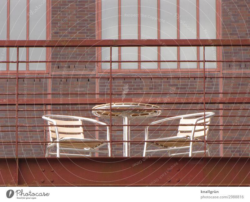lauschiges Plätzchen Industrieanlage Mauer Wand Fassade Terrasse Gartentisch Gartenstuhl Stahlträger Kommunizieren eckig historisch Stadt braun silber Gefühle