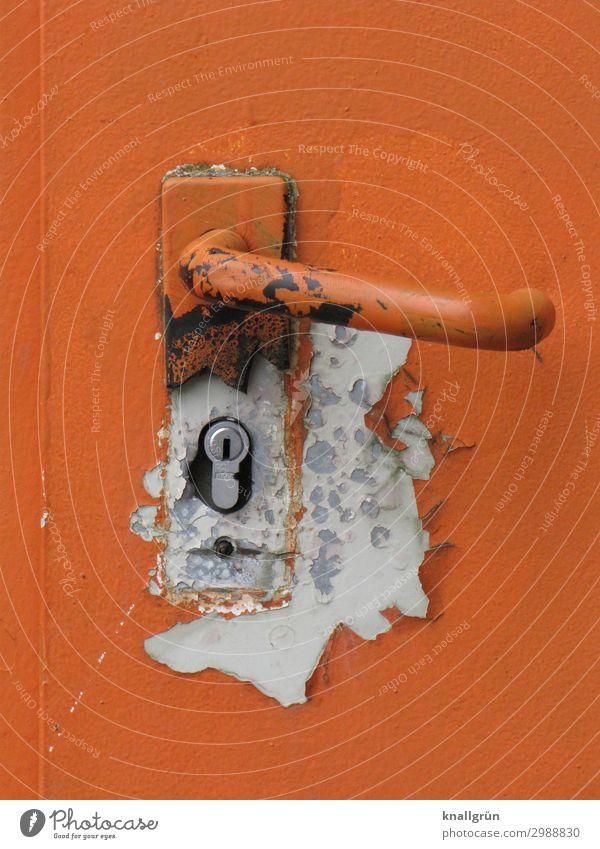 Der Lack ist ab Tür Türschloss Griff alt dreckig kaputt orange weiß Farbe Sicherheit Verfall Rost abblättern Farbfoto Außenaufnahme Menschenleer