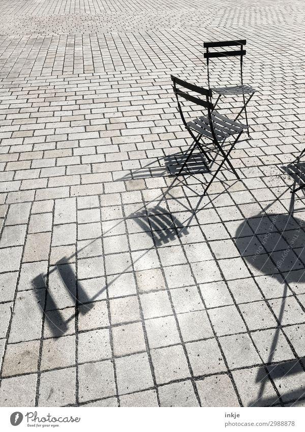 Prager Straßencafé Menschenleer Platz Marktplatz Klappstuhl Stuhl Linie grau schwarz Schatten Pflastersteine pflastern Farbfoto Schwarzweißfoto Gedeckte Farben