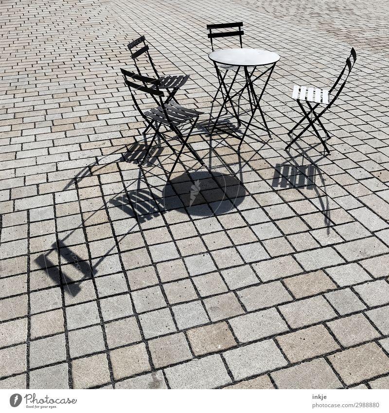 Prager Straßencafé Lifestyle Restaurant ausgehen Café Gastronomie Menschenleer Platz Klappstuhl Stuhl Tisch Gartentisch pflastern Stein Metall eckig einfach