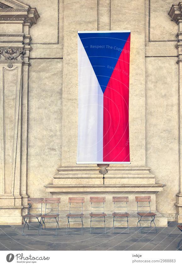 Senat, Prag, Tschechien. Sightseeing Städtereise Architektur Barock Menschenleer Gebäude Fassade Säule Palais Waldstein Stuhlreihe Fahne hängen historisch blau