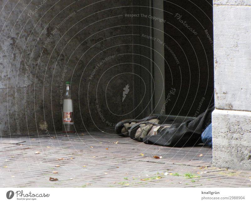 Nicht wegsehen! Alkohol Wodkaflasche Mensch maskulin Mann Erwachsene Beine Fuß 1 45-60 Jahre Haus Hauseingang liegen schlafen Armut dreckig Stadt grau Gefühle