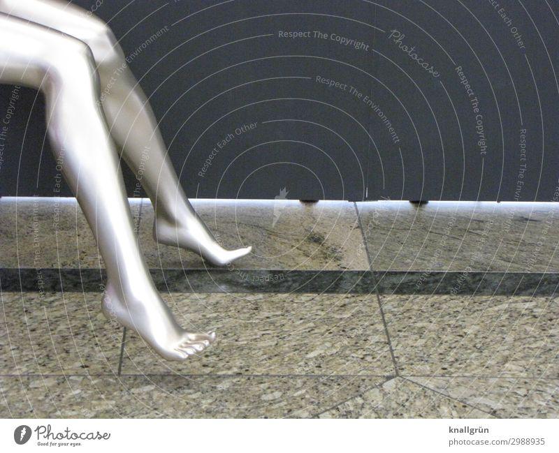 Bodenhaftung verlieren Mensch feminin Frau Erwachsene Beine Fuß 1 Schaufensterpuppe sitzen glänzend schön nackt dünn Erotik grau silber Gefühle Farbe Farbfoto