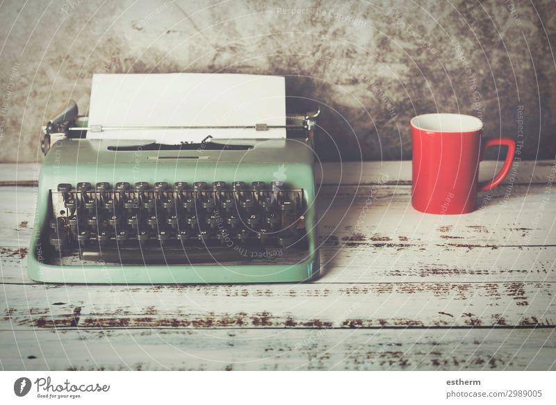 alte Schreibmaschine neben einer Tasse Kaffee trinken Erfrischungsgetränk Heißgetränk Latte Macchiato Espresso Tee Lifestyle Wellness Erholung Freizeit & Hobby