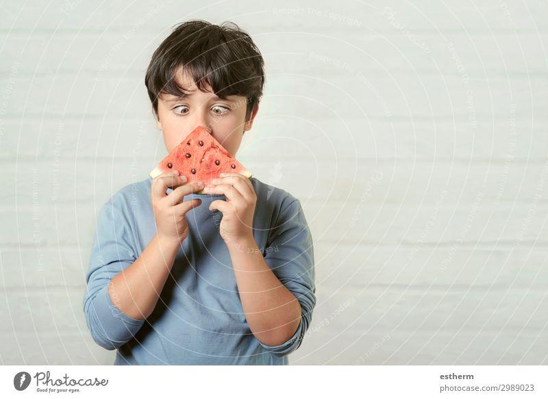 glückliches Kind isst Wassermelone Frucht Dessert Ernährung Essen Diät Lifestyle Sommer Mensch maskulin Junge Kindheit 1 8-13 Jahre festhalten Fressen füttern