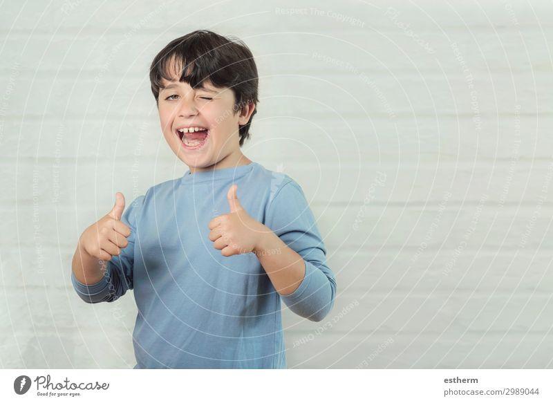 Kind Mensch Hand Freude Lifestyle Gefühle lachen Glück Junge maskulin Lächeln Kindheit Fröhlichkeit Erfolg Finger Coolness