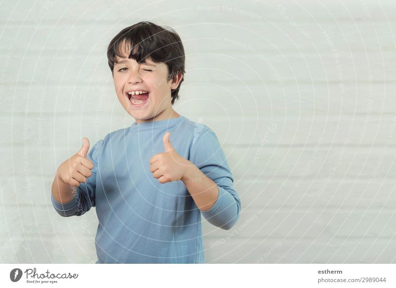 Kleiner Junge lächelt und zeigt Daumen hoch. Lifestyle Freude Glück Erfolg Mensch maskulin Kindheit Hand Finger 1 8-13 Jahre Lächeln lachen Fröhlichkeit Gefühle