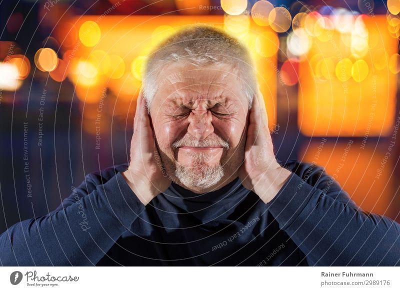 Ein Mann mit Tinnitus Mensch Gesundheit Erwachsene Gefühle Kopf Stimmung maskulin Männlicher Senior Show hören Veranstaltung Schmerz kurzhaarig verstört