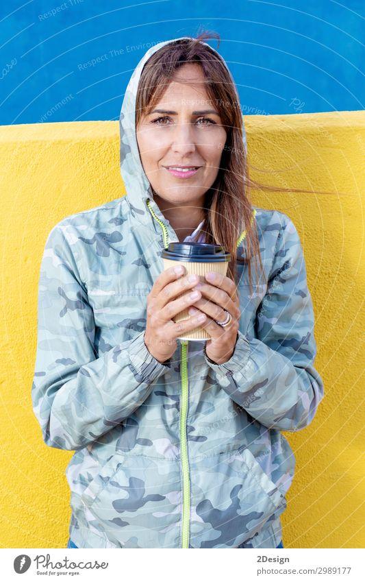 Frau in Freizeitkleidung, die einen Becher in Händen hält. Kaffee Tee elegant Stil Glück schön Mensch feminin Junge Frau Jugendliche Erwachsene 1 18-30 Jahre