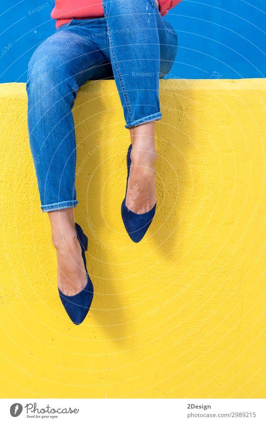 Nahaufnahme von Damenabsätzen an einer gelben Wand Lifestyle Stil schön Leben Erholung Sommer Mensch Frau Erwachsene Fuß Wärme Mode Jeanshose Schuhe Damenschuhe