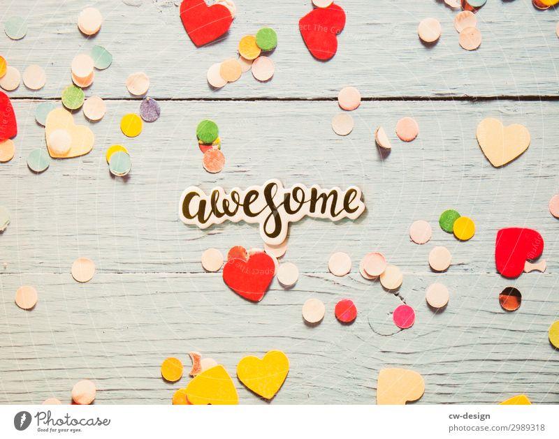 'Awesome' auf Holzhintergrund mit Herzen und Konfetti Buchstaben Schilder & Markierungen Schriftzeichen Schriftzug weiß Kommunizieren Wort Text Textfreiraum