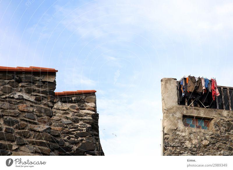 Trockenmasse Häusliches Leben Haus Bauwerk Architektur Mauer Wand Balkon Fenster Dach Wäsche Wäscheleine Wäschetrockner Dachziegel Stein außergewöhnlich eckig