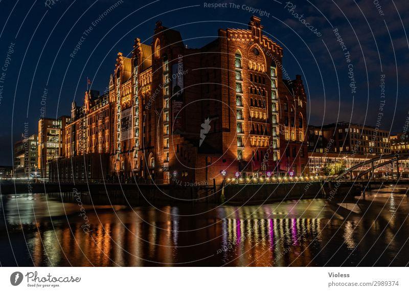 Nachts im Museum Hafencity Hafenstadt Altstadt Bauwerk Architektur Mauer Wand Sehenswürdigkeit entdecken leuchten dunkel Kitsch maritim Reflexion & Spiegelung