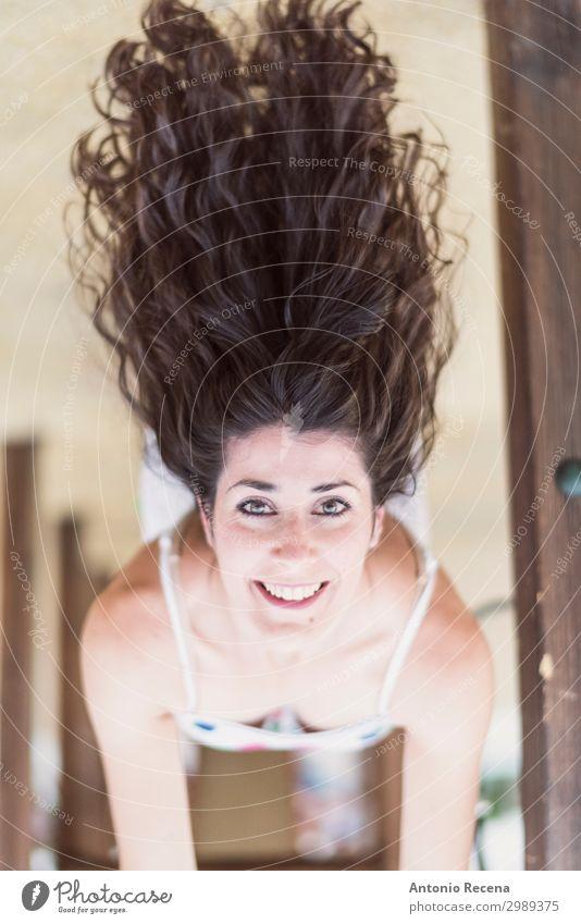 auf dem Kopf stehende Frau auf dem Spielplatz Glück Haare & Frisuren Erwachsene brünett Lächeln Coolness Erotik auf den Kopf gestellt erhängen Behaarung 30s