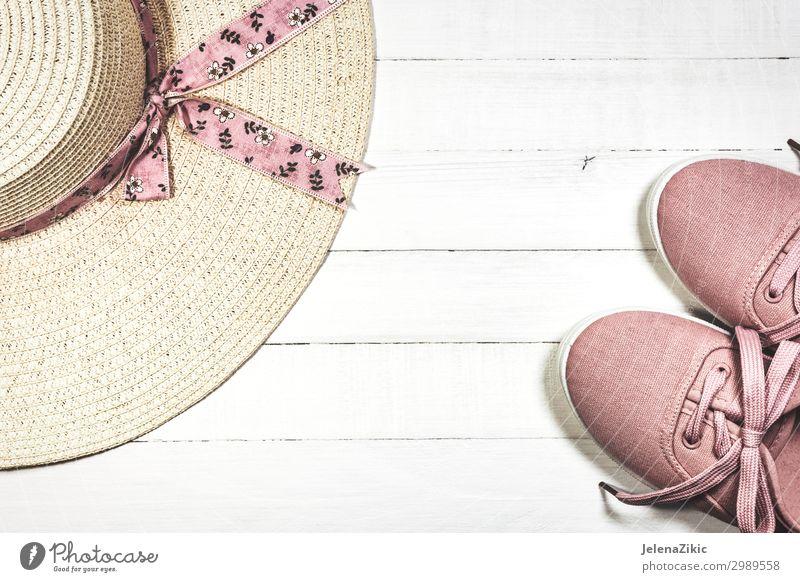 Sommerschuhe und Hut für Frauen für den Strandurlaub Lifestyle Stil Design Freude Erholung Freizeit & Hobby Ferien & Urlaub & Reisen Tourismus Sommerurlaub