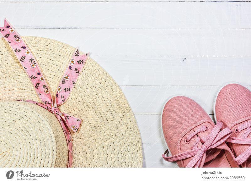 Sommerschuhe und Hut für Frauen für den Strandurlaub Lifestyle Stil Design Freude Erholung Freizeit & Hobby Ferien & Urlaub & Reisen Tourismus Freiheit