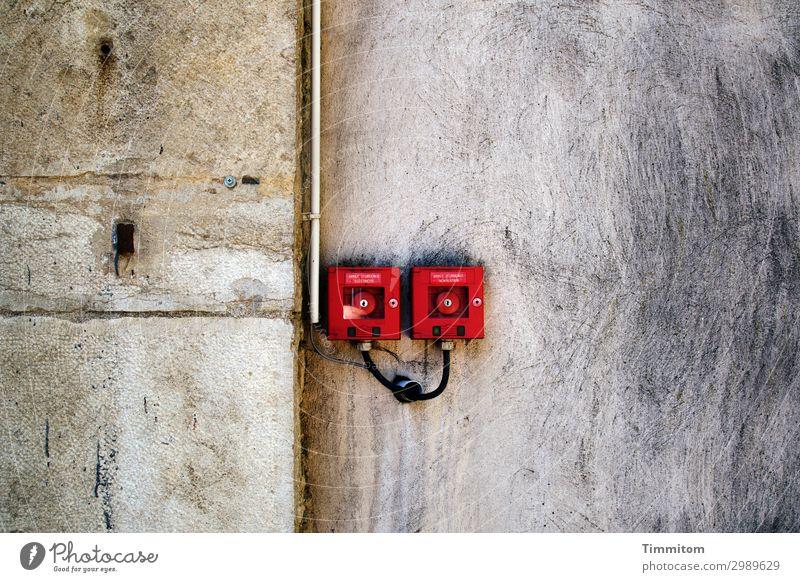 ARRET D`URGENCE Schalter Technik & Technologie Frankreich Haus Mauer Wand braun grau rot Gefühle Sicherheit markant grell paarweise Leitung Absicherung