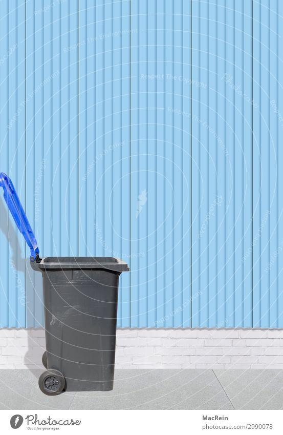 Mülltonne an einer Wellblechwand Container blau Müllbehälter Behälter u. Gefäße entsorgen grai Bürgersteig textfreigabe Farbfoto Außenaufnahme Menschenleer