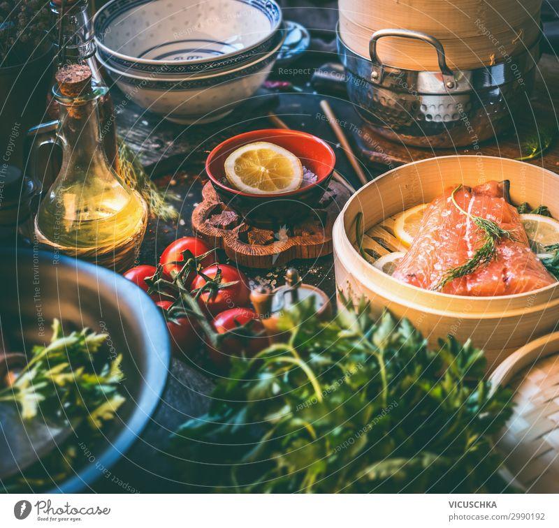 Lachsfilet im Bambus - Dampfer auf Küchentisch Lebensmittel Fisch Ernährung Mittagessen Bioprodukte Diät Geschirr Design Gesunde Ernährung Häusliches Leben