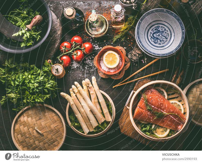 Asiatisch low carb koshen mit Lachs und Spargel Lebensmittel Fisch Gemüse Mittagessen Festessen Bioprodukte Asiatische Küche Geschirr Stil Design