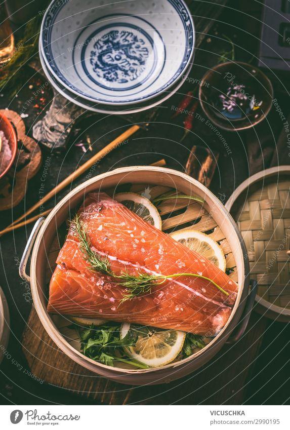 Lachsfilet im asiatischen Bambus Dampfer Topf Lebensmittel Fisch Kräuter & Gewürze Ernährung Mittagessen Bioprodukte Vegetarische Ernährung Diät