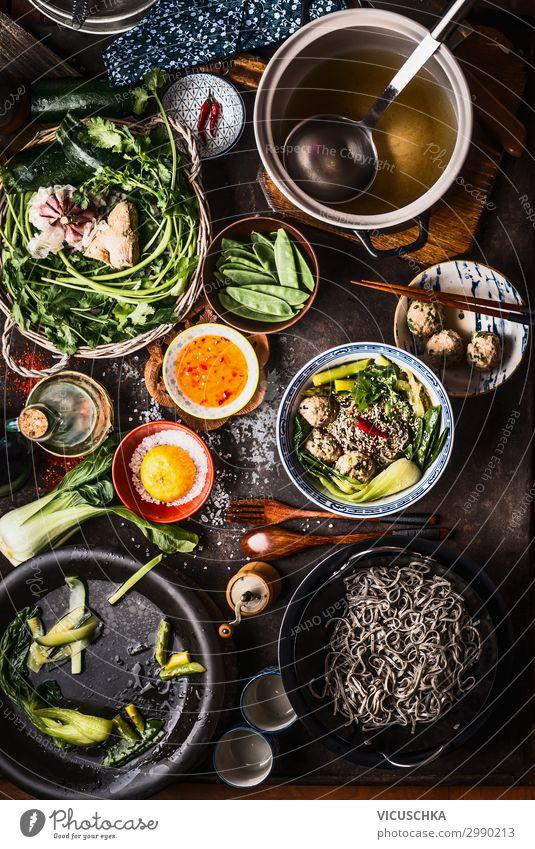 Asiatische Zutaten und Gerichte auf dem Tisch Lebensmittel Gemüse Ernährung Mittagessen Abendessen Asiatische Küche Geschirr Teller Schalen & Schüsseln Topf